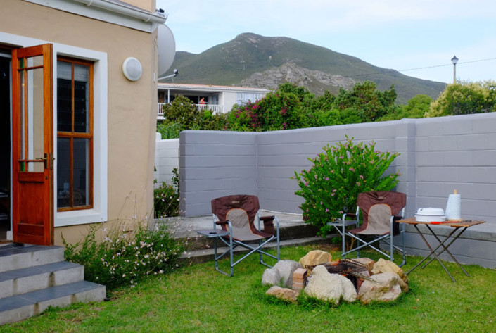 Onrus Cottage self-catering accommodation near Hermanus and Cape Town barbecue braai area