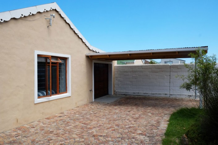 Onrus Cottage self-catering accommodation near Hermanus and Cape Town garage and undercover parking